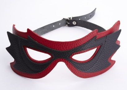 Чёрно-красная маска с прорезями для глаз фото